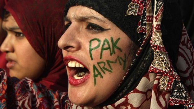 """Women supporters of a religious party Pakistan Awami Tehreek , rally to support Pakistan""""s army in Lahore, Pakistan (25 April 2014)"""