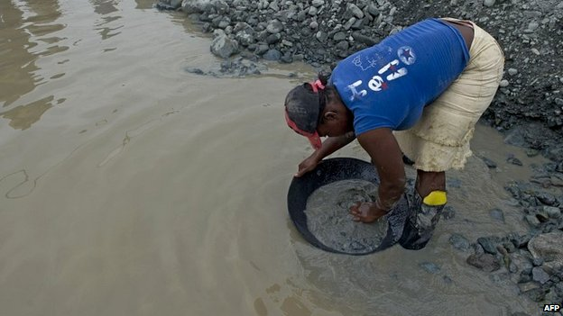 A miner searches for gold in sludge removed during the rescue operations in Santander de Quilichao, Colombia - 1 May 2014