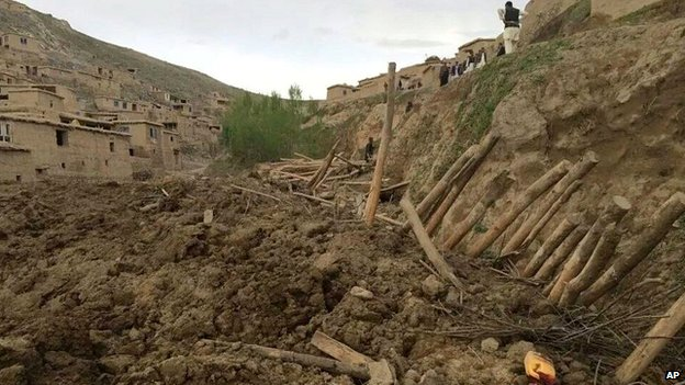 Afghans search for survivors after a massive landslide landslide buried a village - 2 May 2014