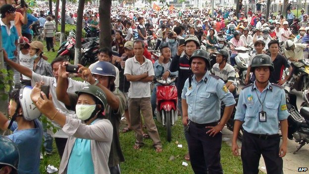 Protesters outside a factory in Binh Duong province on 14 May 2014