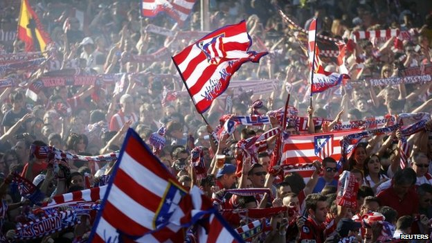 Atletico Madrid fans celebrate during a parade after the club won Spain's La Liga title in Madrid (18 May 2014)