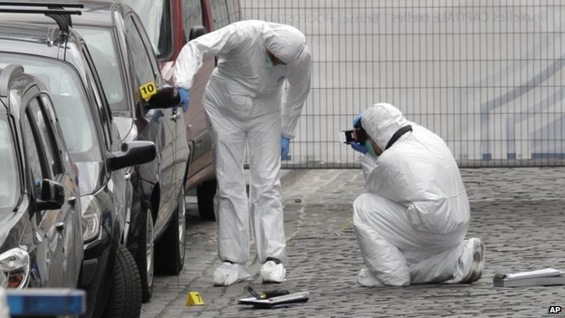 Forensic experts examine the site of a shooting at the Jewish museum in Brussels, 24 May 2014.
