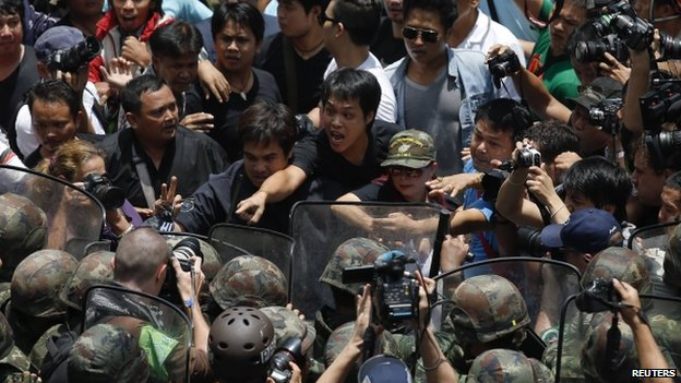 Protesters and soldiers confront each other in Bangkok's shopping district May 25, 2014