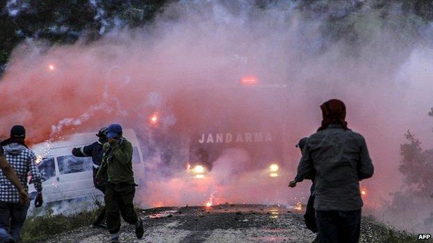 Kurdish militants clash with Turkish riot police at Lice in Diyarbakir 26/05/2014