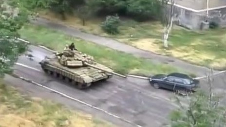 Open source image of a lone T-64 battle tank in Snizhne, with no markings, Nato image