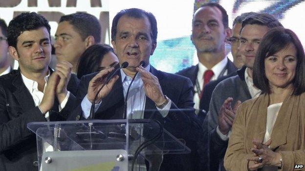 Colombian presidential candidate Oscar Ivan Zuluaga (centre) speaks in Bogota on 15 June, 2014.