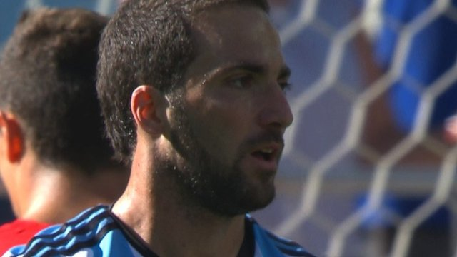 Gonzalo Higuaín goes to close to opening the scoring
