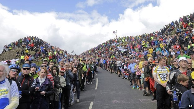 Crowds at Buttertubs, Yorkshire Dales