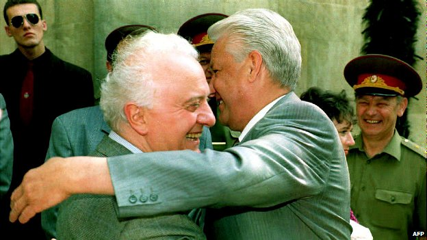 Russian President Boris Yeltsin welcomes Eduard Shevardnadze to a meeting in Dagomys - 24 June 1992