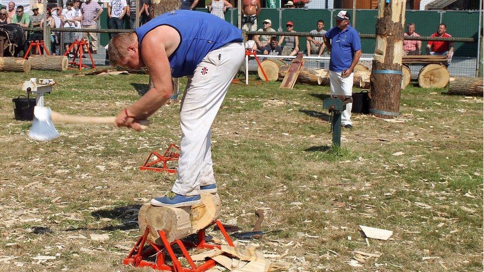 Dewi Puw o Fwyellwyr Clwyd yn gwneud gwaith hawdd o'r blocyn o bren trwchus 'na! // Dewi Puw from Clwyd Axeman makes short work of that huge block of wood!