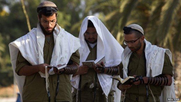 Israeli soldiers praying, 27 July 2014