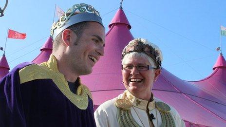 Guto Dafydd ar y maes gyda'r Archdderwydd