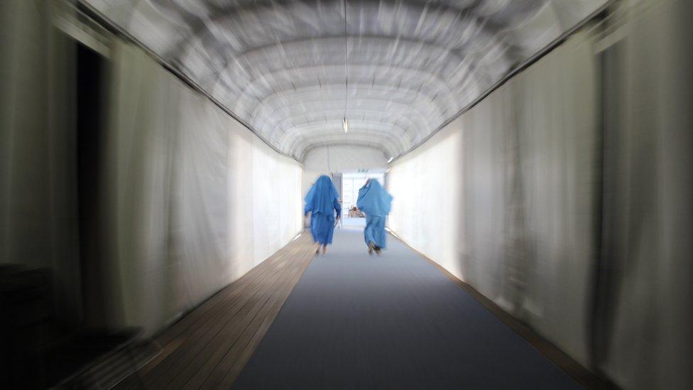 Aelodau'r orsedd gefn llwyfan / Gorsedd members exit the Pavilion