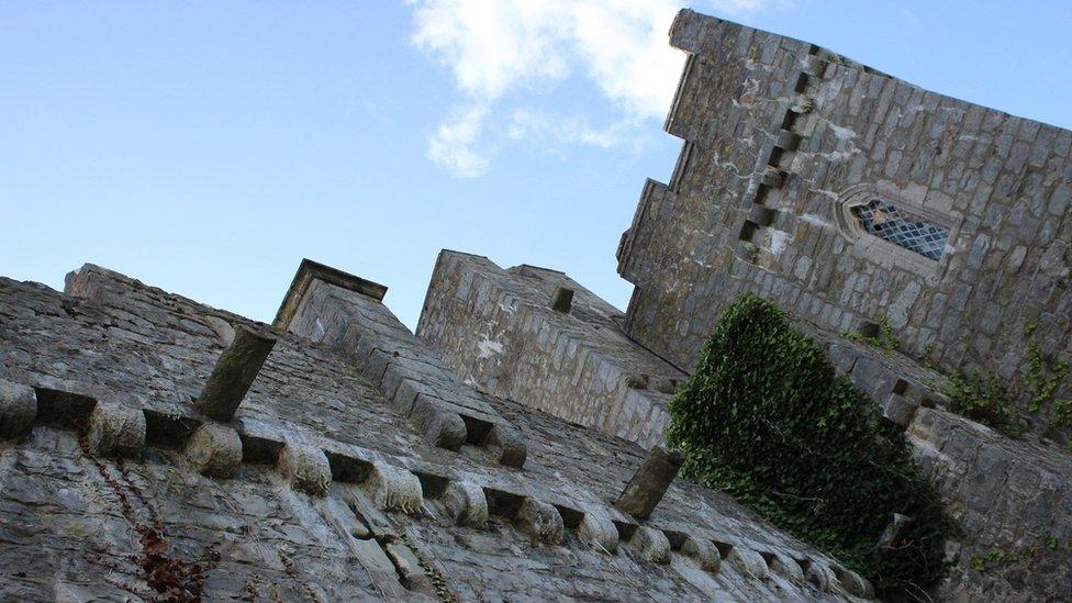 Mae darnau gwreiddiol y castell yn dyddio nôl i'r ddeuddegfed ganrif. // Original parts of the castle date back to the twelfth century.