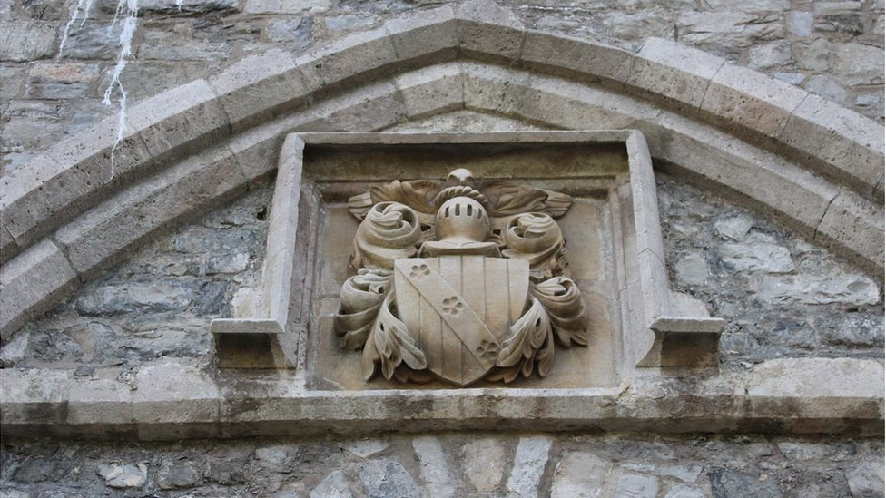 Arfbais teulu Stradling, adeiladwyr gwreiddiol y castell. // The coat of arms of the Stradling family, who originally built the castle.