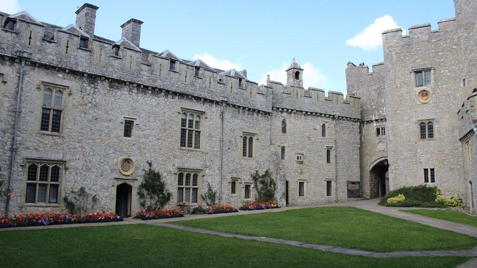 Cwrt mewnol y castell. // The castle's inner courtyard.