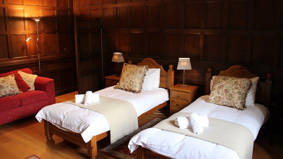 Ystafell Standley. Os byddwch yn priodi yn y castell, efallai mai yma y byddwch yn aros... mewn gwely sengl? // The Standley Room. If you get married at the castle this is where you may be staying... in single beds?