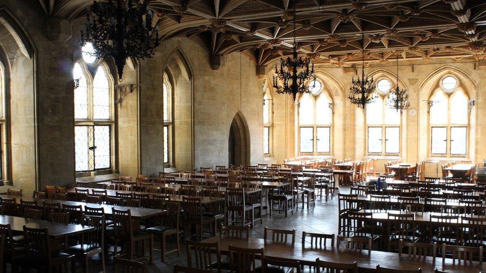 Mae'r neuadd fawr yma'n wreiddiol i'r castell a bellach yn cael ei ddefnyddio fel ffreutur gan UWC Coleg yr Iwerydd. // The Great Hall is original to the castle and is now used as a refectory by UWC Atlantic College.