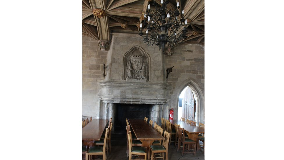 Yr hen a'r newydd yn gymysg yn y Neuadd Fawr. // The old and new mixed in the Great Hall.