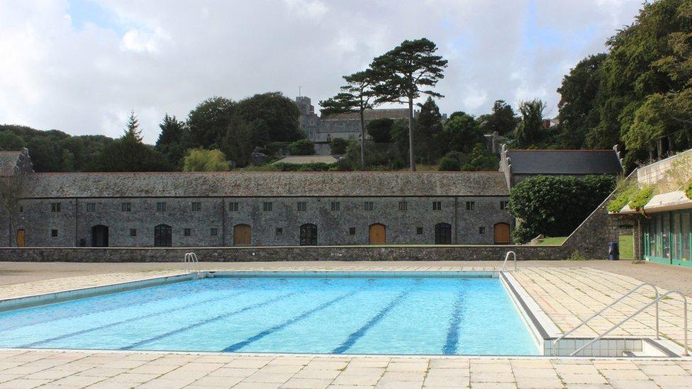 Pwll nofio'r coleg. Ar hen bwll ar y safle hwn y dysgodd y John F. Kennedy ifanc i nofio, yn ôl y chwedl. // The College's swimming pool. According to legend, it was in a swimming pool on this site a young John F. Kennedy learnt to swim.