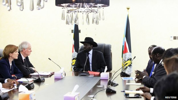 US ambassador to the UN Samantha Power (L) and Britain's UN ambassador Mark Lyall Grant (2nd L) meets with South Sudan's President Salva Kiir (C) in Juba (12 August 2014)