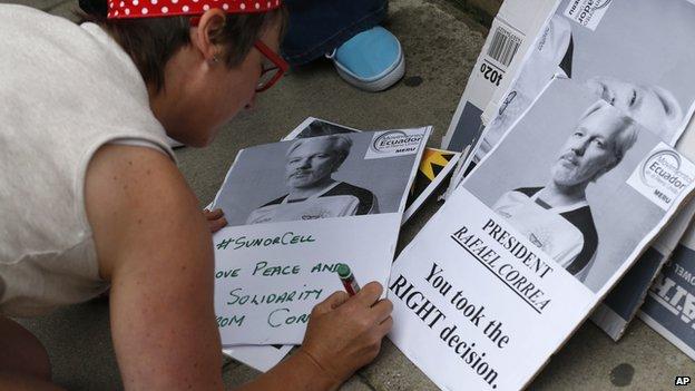 A supporter outside the Ecuadorian embassy