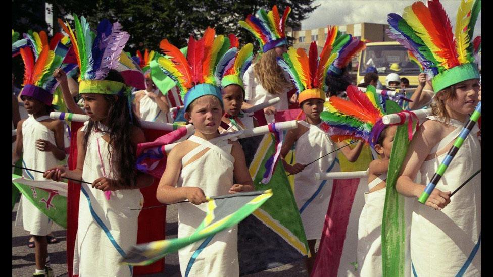 Plant mewn gwisgoedd lliwgar // Colourful costumes