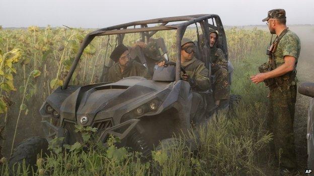 Pro-Russian rebels talk in a field near the village of Khryaschevatoye, eastern Ukraine (23 August 2014)