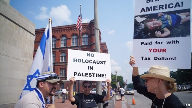 A man supporting Israel (L) argues with a protester demonstrating against Israeli action in Gaza during a rally outside of the Holocaust Museum on 10 August 2014 in Washington