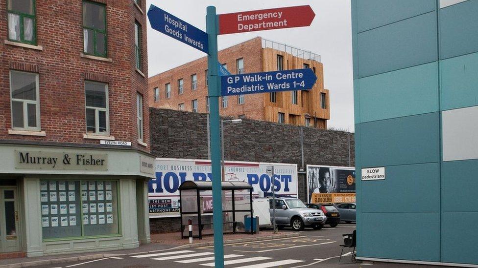 Ar frys? Dilynwch yr arwydd coch! // This way to the Emergency Department
