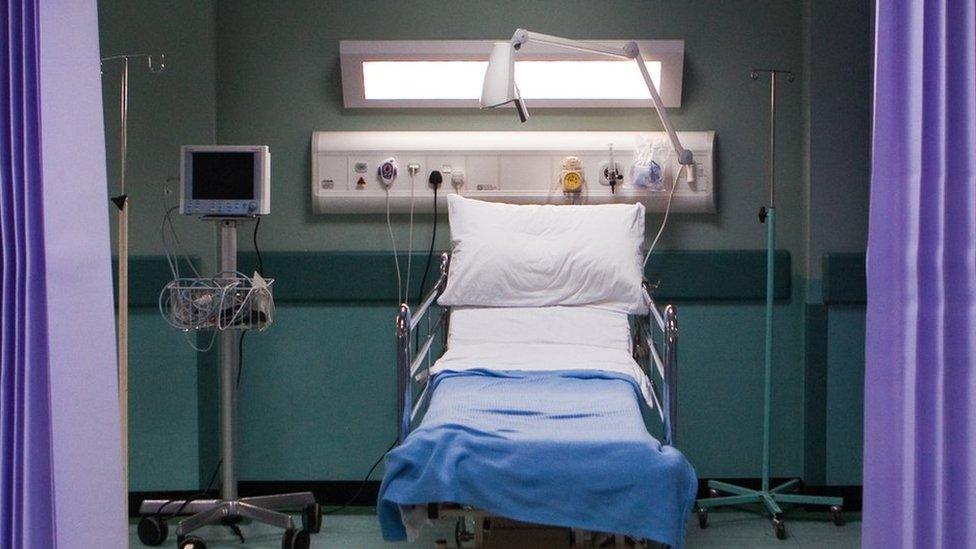 Ddim yn aml y gwelwn ni wely gwag yn yr adran hon! // We don't usually find an empty bed in this busy department