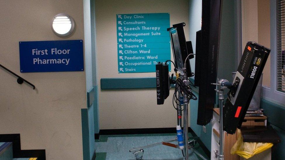Mae'r goleuadau yn ein hatgoffa mai ar set cyfres deledu yr ydym ni mewn gwirionedd // The lights are a timely reminder that we are actually on a TV set not in a real hospital!
