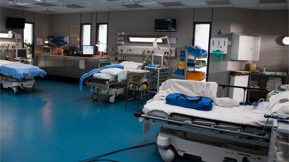 I fan hyn mae'r cleifion yn dod ar ôl eu llawdriniaethau // The patients come to the resuscitation ward after their operations