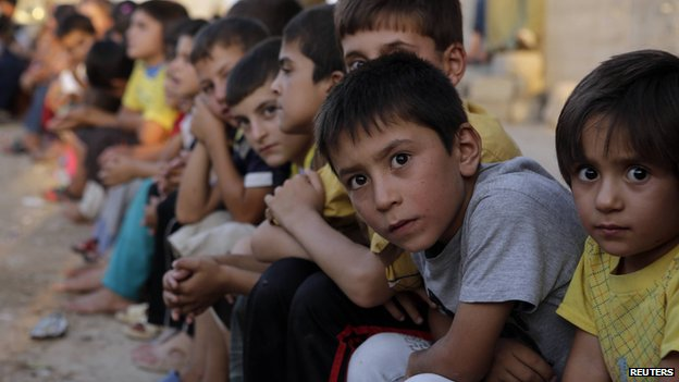 yazidi children wait for aid in dohuk 25 August 2014