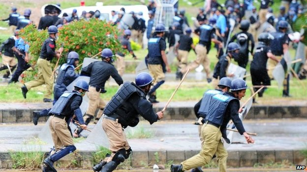 Pakistani police run from opposition protesters