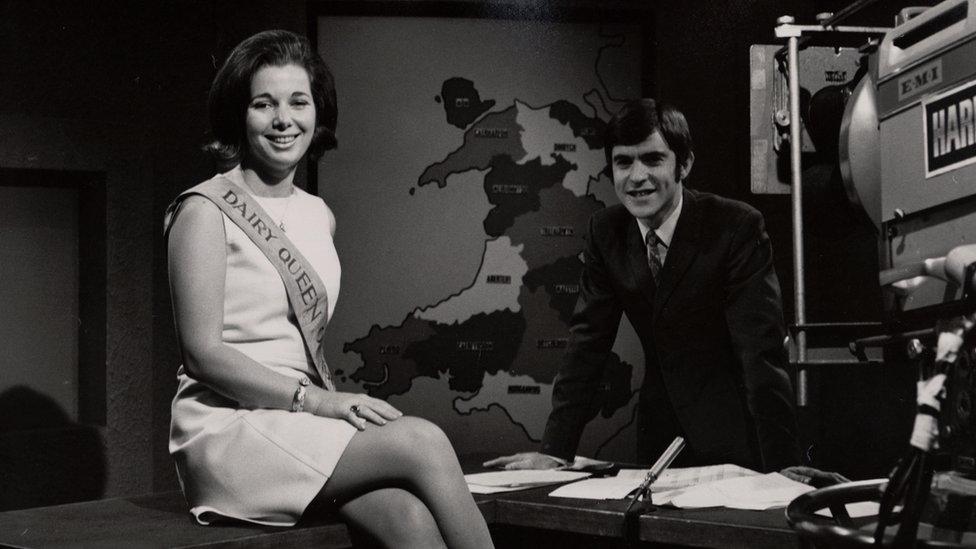 1968/69. Cyfweliad i roi gwên ar wyneb Gwyn Llewelyn! (Sylwer ar logo Harlech ar y camera). All unrhyw un adael inni wybod pwy oedd y Dairy Queen yma?