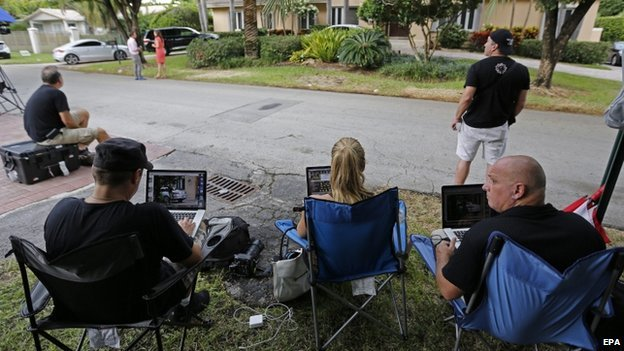 Members of the media outside the home of Arthur B Sotloff and Shirley Sotloff, the parents of American freelance journalist Steven Sotloff, in Pinecrest, Florida (3 September 2014)