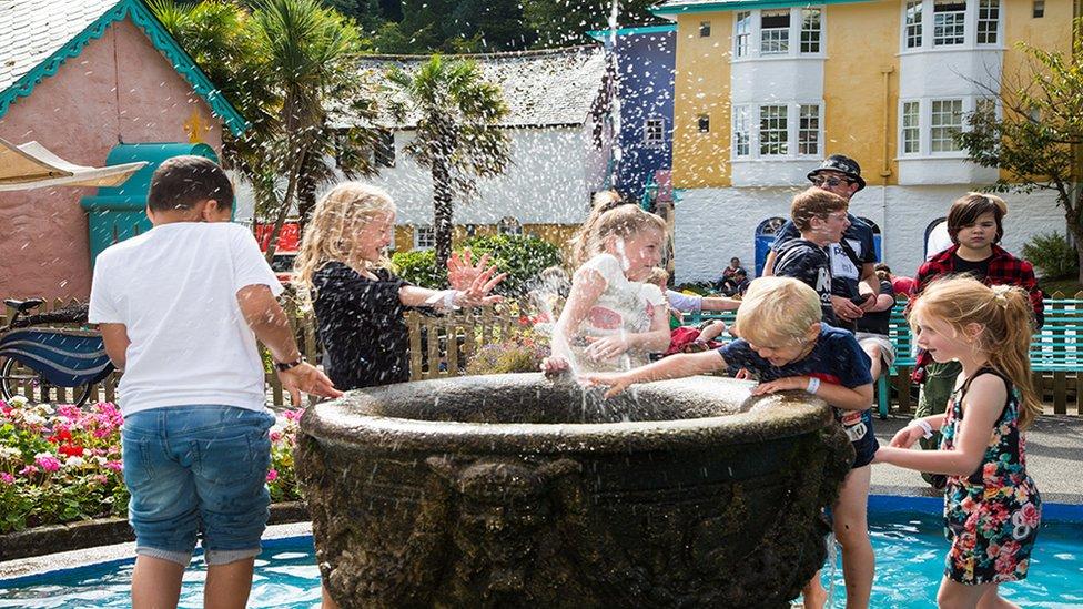 Hwyl yn y dŵr! // The kids making a splash at Portmeirion!