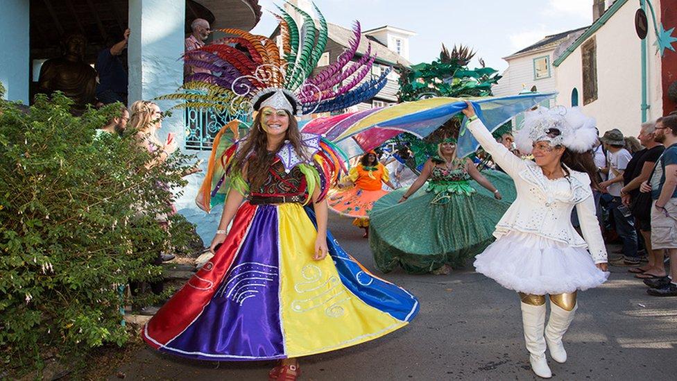 Adeiladau lliwgar, gwisgoedd lliwgar! // Kaleidoscopic outfits in keeping with such a colourful village