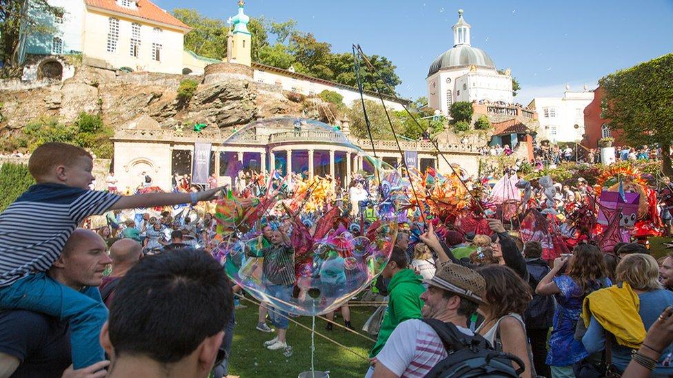 Pensaernïaeth drawiadol yn gefndir i'r ŵyl unigryw // Architectural splendour makes a spectacular backdrop for this unique festival