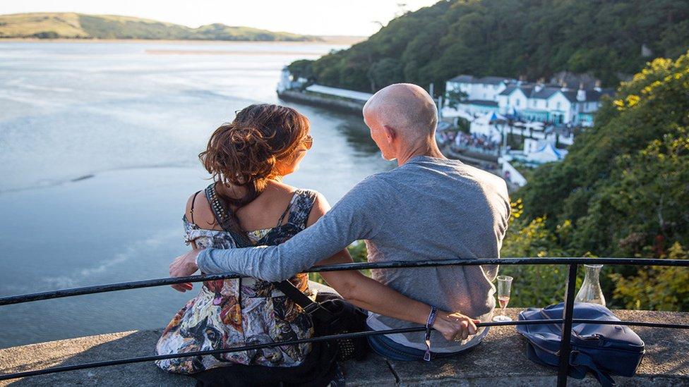 Lle perffaith i fwynhau machlud yr haul ar derfyn dydd // A perfect spot to watch the sunset after a fun-filled day