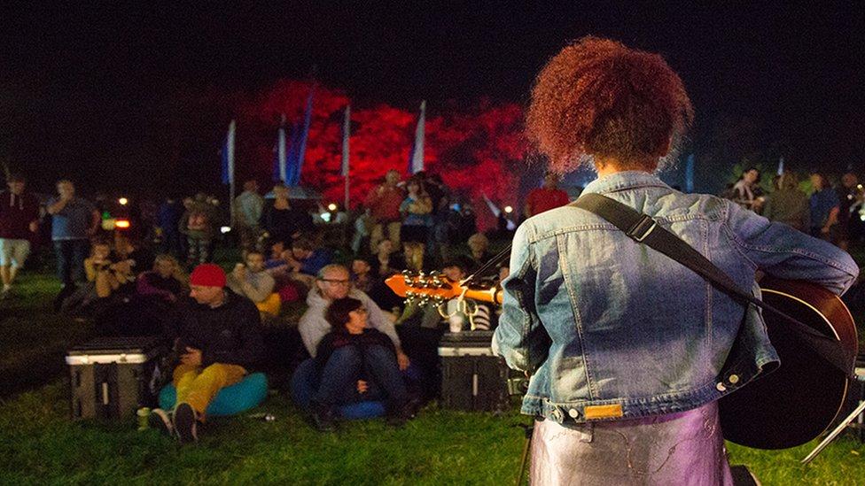 Un arall o artistiad Gorwelion, Kizzy Crawford yn perfformio // Kizzy Crawford, one of Wales's most promising young talents