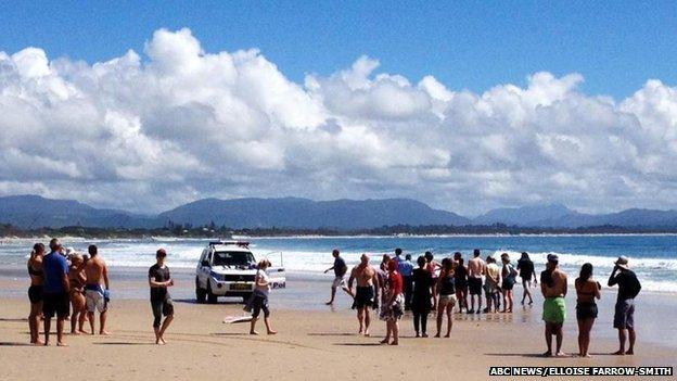 Mae'r llun a gymerwyd gan ABC News ar 9 Medi yn dangos pobl ar Clarke Beach yn Byron Bay eiliadau ar ôl yr ymosodiad