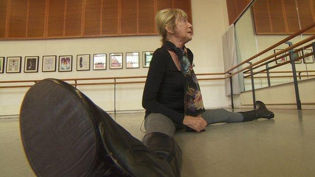 88-year-old ballerina Dame Gillian Lynne doing the splits