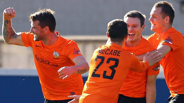 Glenavon players celebrate Kevin Braniff's goal against Linfield