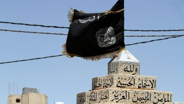 A black jihadist flag used by Islamic State flies in the main square in the Jordanian town of Maan (4 July 2014)