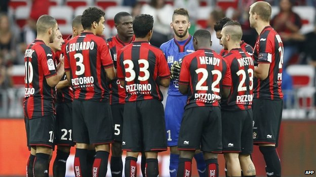 Nice's players hold a minute of silence for murdered French hostage Herve Gourdel before a French L1 football match between Nice and Lille at the Allianz Riviera stadium in Nice, south-eastern France (24 September 2014)