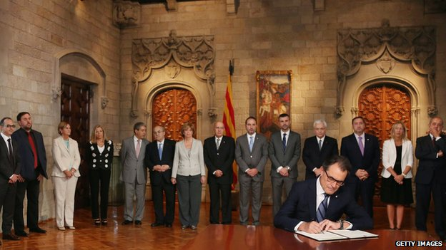 Artur Mas signed the decree in a short and symbolic ceremony