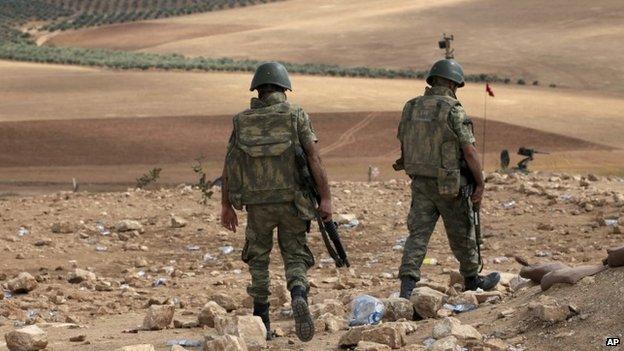 Turkish soldiers patrol at the Syria Syria border near Suruc, Turkey (30 September 2014)