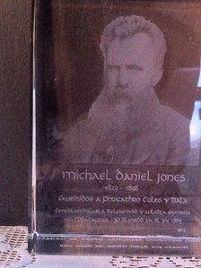 Tlws gwydr â llun Michael D Jones arno